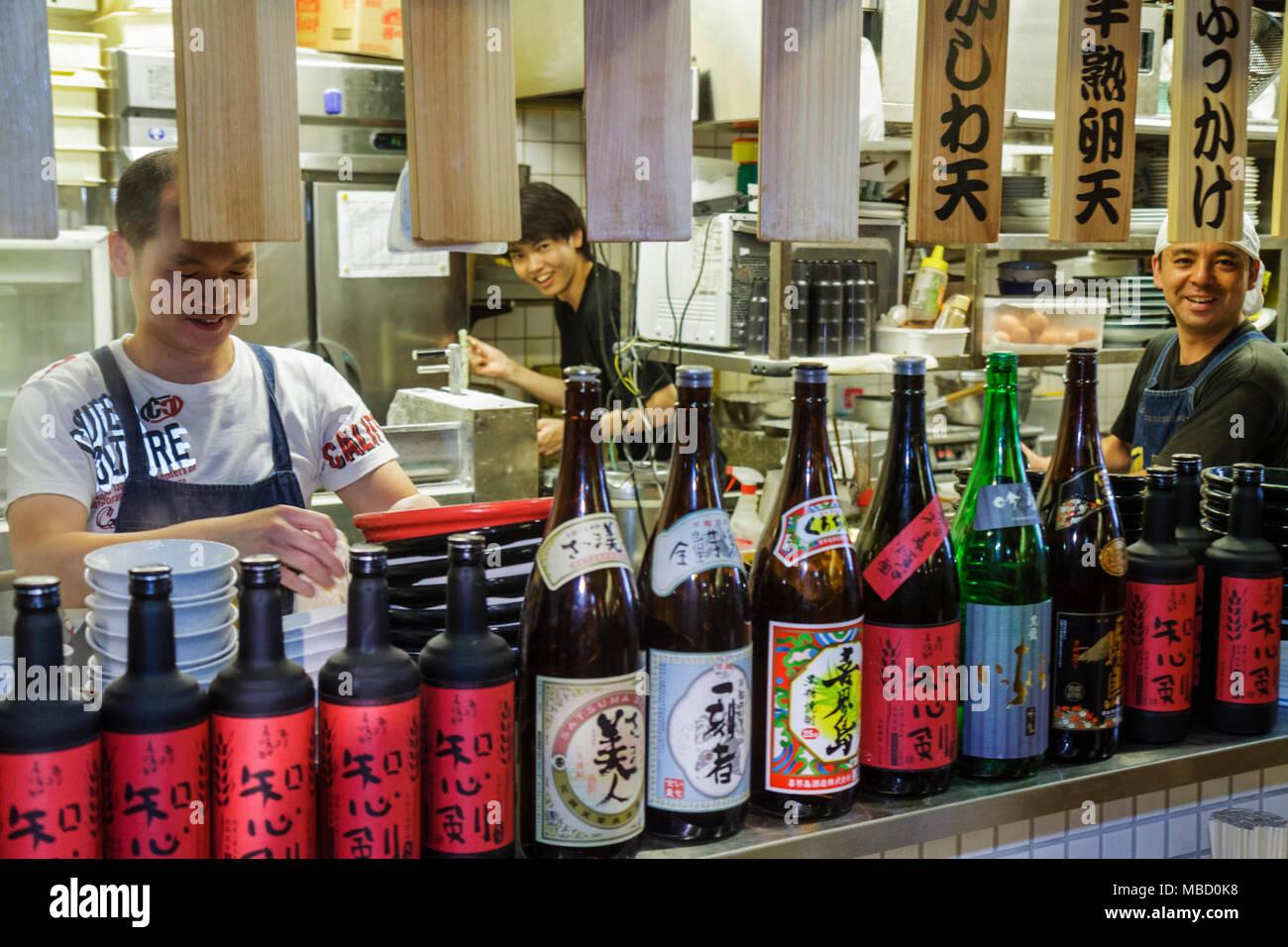 Tokio Japón Akihabara hombre hombres trabajadores asiáticos restaurante cocina cook símbolos de caracteres katakana hiragana KANJI Japonés Español Imagen De Stock