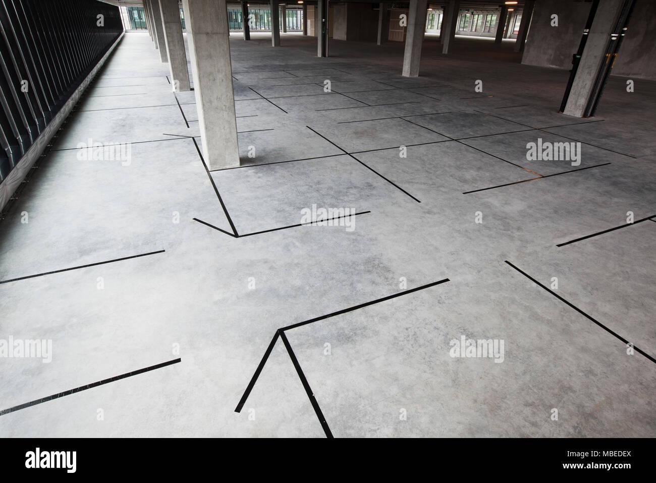 Materias espacio de oficina con nuevas oficinas esbozadas en la cinta. Imagen De Stock