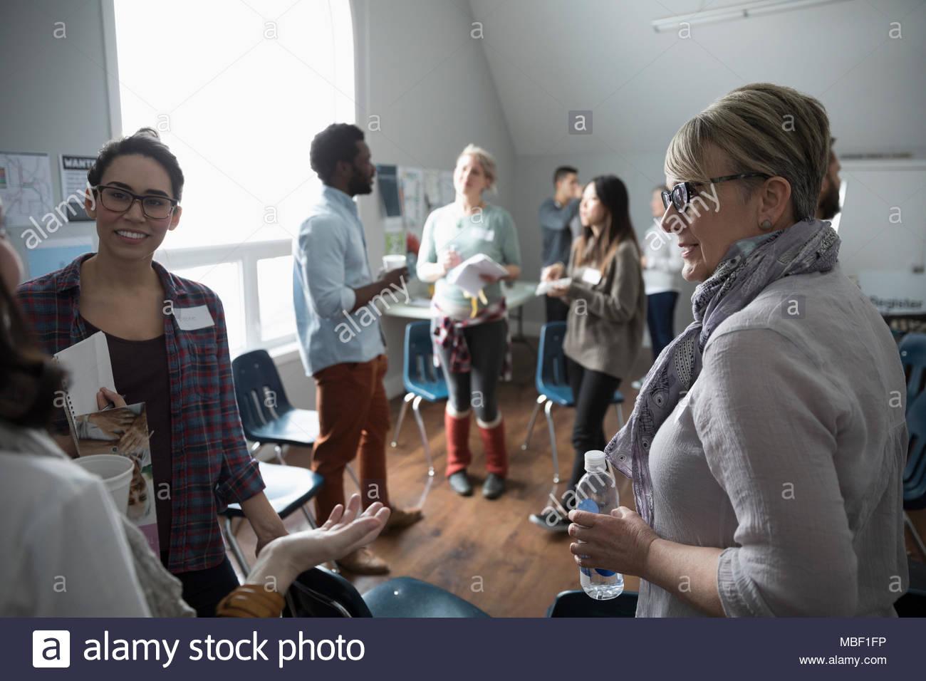 Grupo De Apoyo Para Mujeres Hablando Durante La Pausa Para