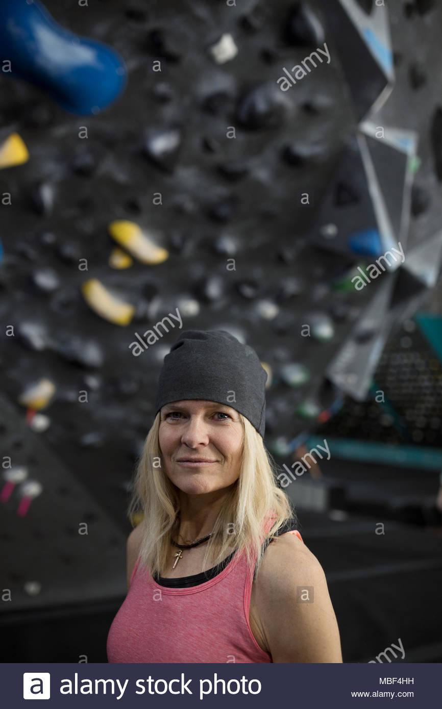 Retrato confiado, fuerte y resistente, escalador de hembras maduras en muro de escalada en el gimnasio de escalada Imagen De Stock