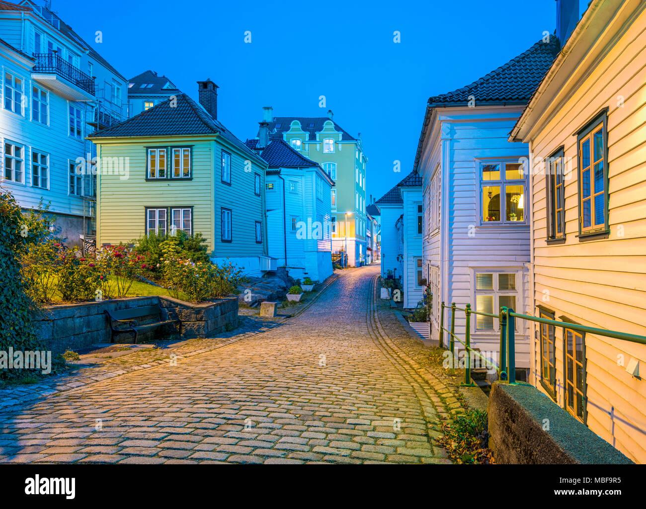 Bergen, Noruega, Old Town y empedradas calles y casas de madera en la noche Foto de stock