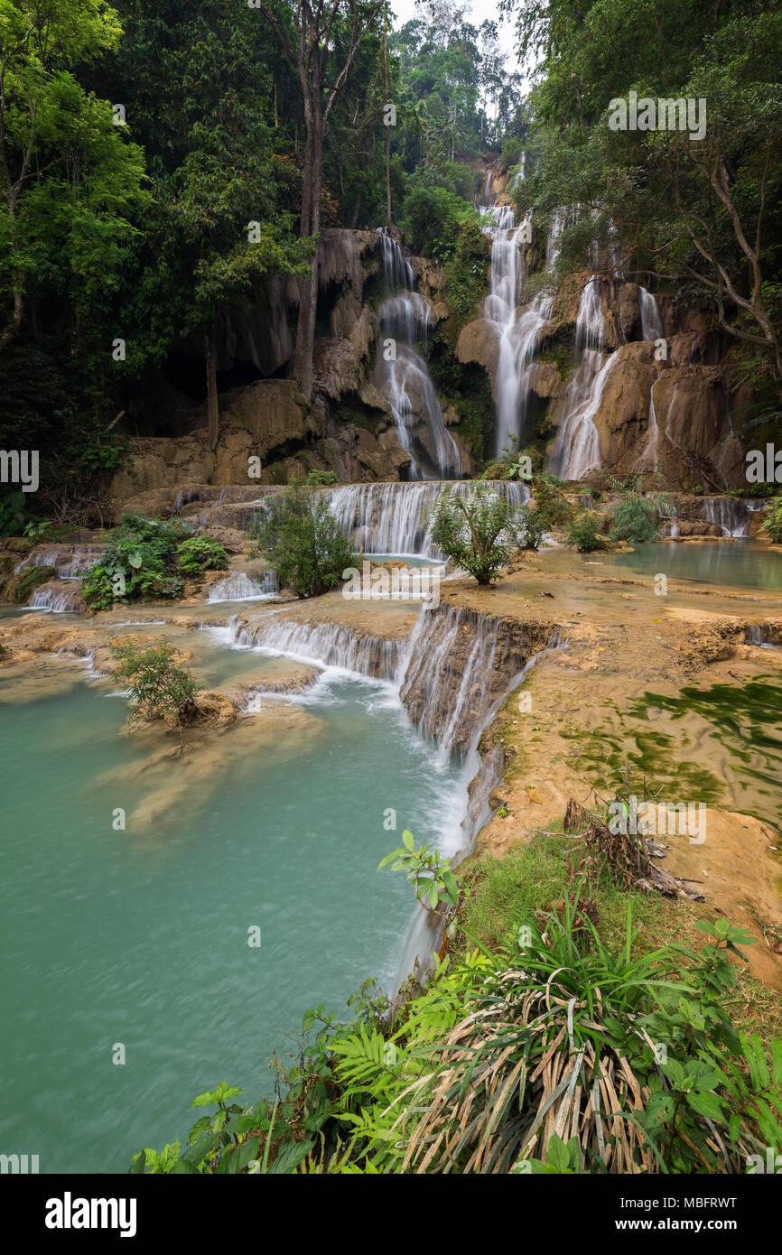 Vista lateral de la hermosa caída principal en las cascadas Tat Kuang Si cerca de Luang Prabang, en Laos. Imagen De Stock