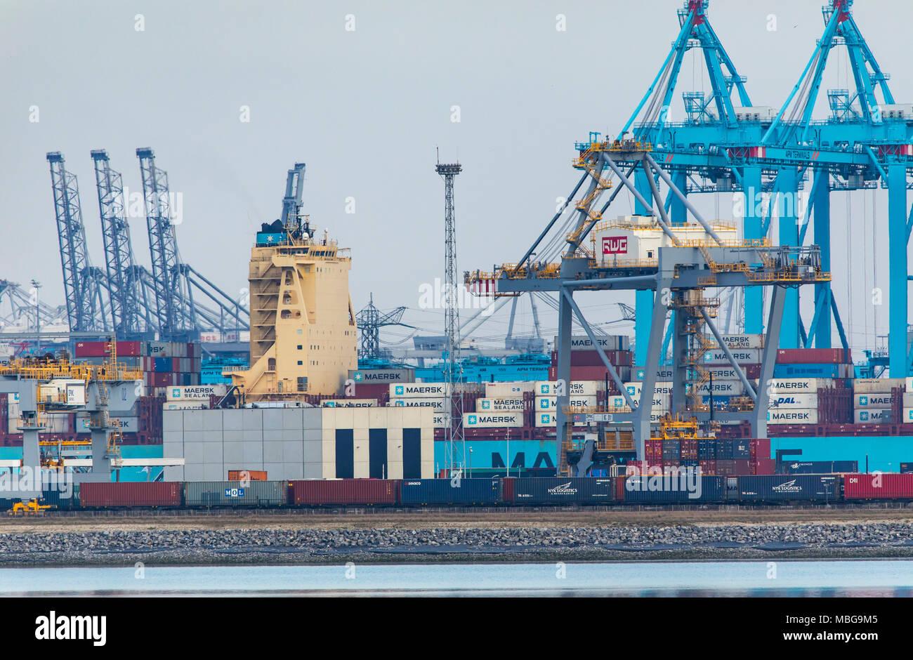 El puerto de Rotterdam, Holanda, puerto de aguas profundas Maasvlakte 2, sobre una superficie de tierra creada artificialmente en frente de la costa original, Rotterdam World Imagen De Stock