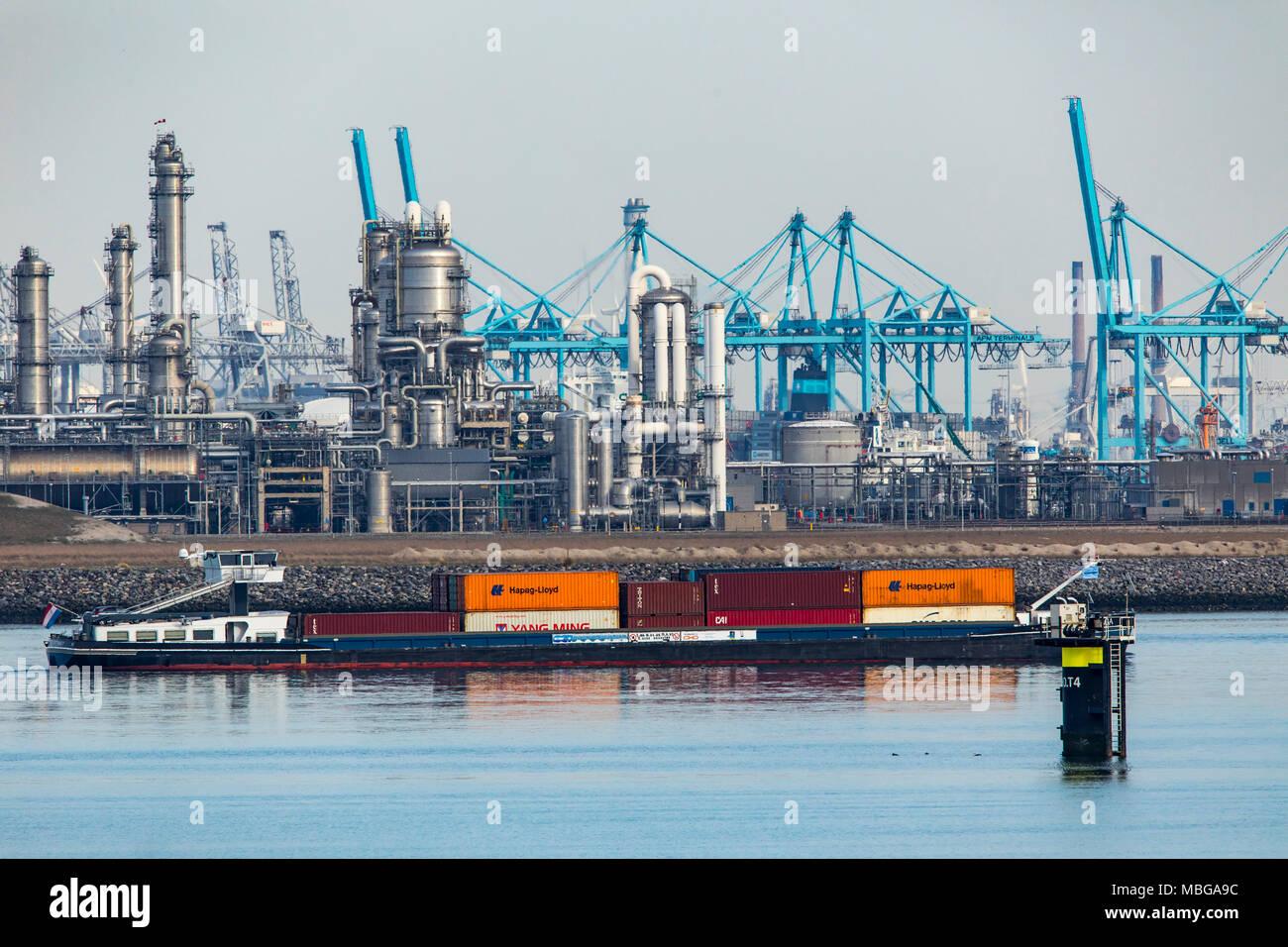 El puerto de Rotterdam, Holanda, Maasvlakte 2 puerto de aguas profundas, en un terreno ajardinado artificialmente fuera de la costa original, Refinería BP Rotterdam B. Imagen De Stock