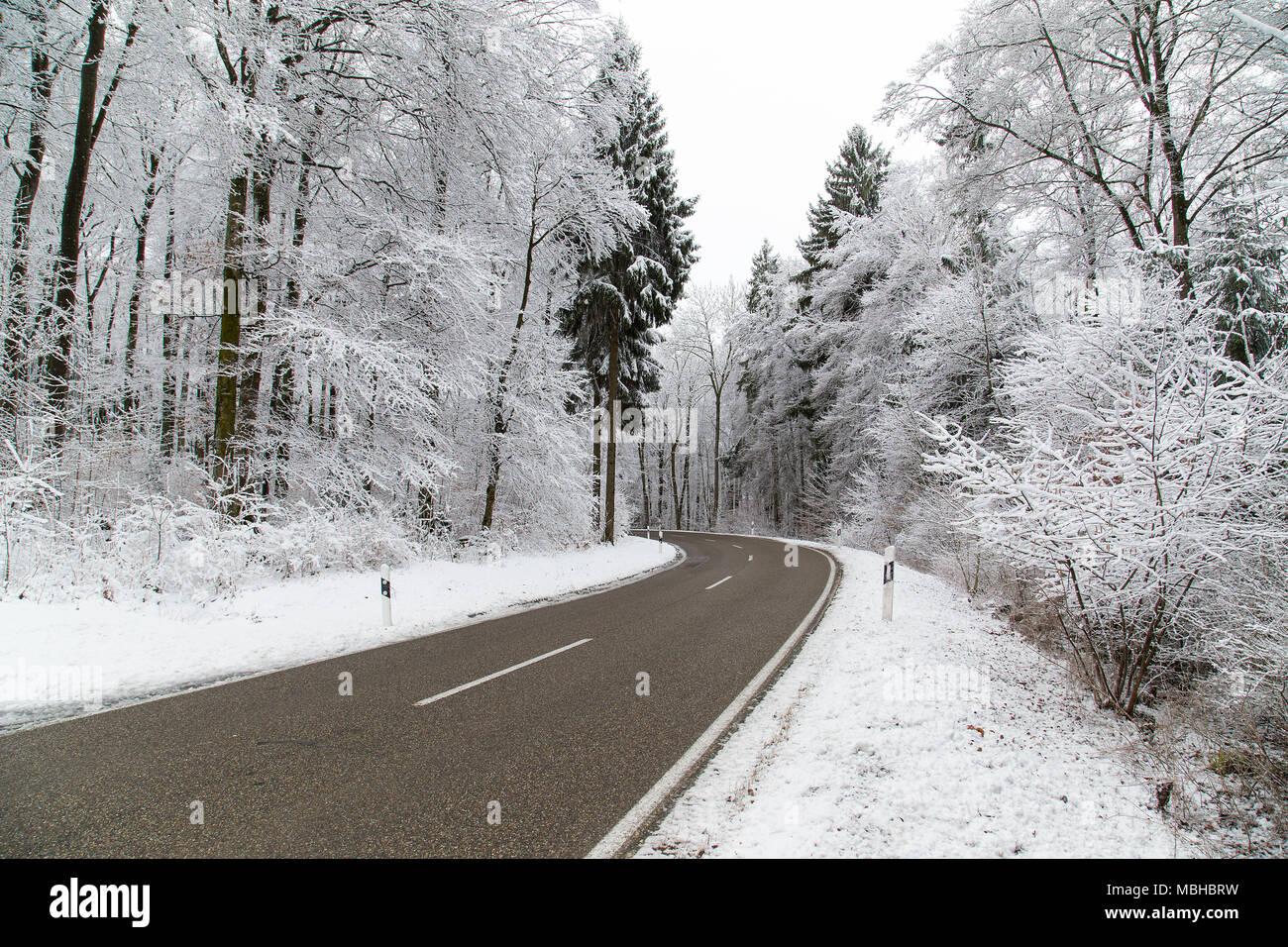 Paisaje invernal escena, árboles cubiertos de nieve, hielo, carreteras heladas paisaje. Foto de stock