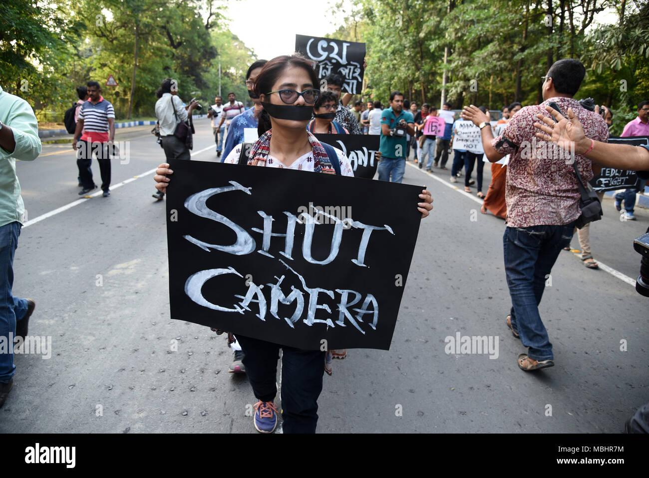 En Kolkata, Bengala Occidental, India. 11 abr, 2018. Ve a una mujer sosteniendo un cartel durante la protesta.Cientos de periodistas protestan contra el presunto ataque del partido gobernante sobre los periodistas a través de bengala durante la nominación de Panchayat cobertura. El rallye empezó en mayo calle Mahatma Gandhi estatua .y culminó en Dorina cruzando en Kolkata. Usando bandas negras en los brazos y cubra su boca con negro bufandas, ciudad de cientos de periodistas, camarógrafos y fotógrafos participaron en la manifestación de protesta. Crédito: Zuma Press, Inc./Alamy Live News Foto de stock