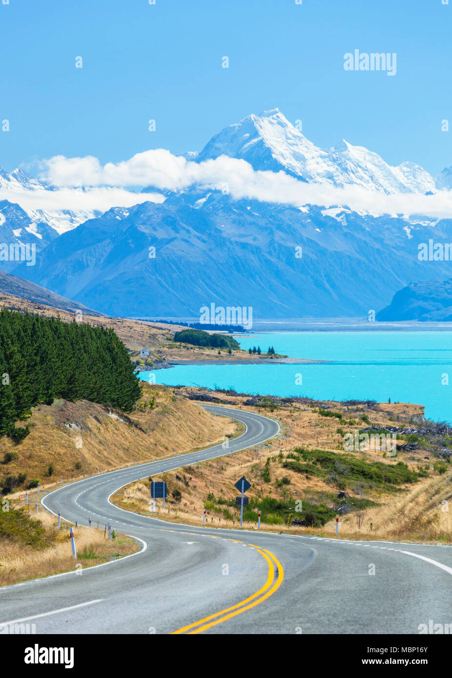 Nueva Zelanda, Isla del Sur, Nueva Zelanda sinuosa carretera a través del parque nacional del monte Cook junto al lago Pukaki glacial nueva zelanda nz distrito mackenzie Foto de stock
