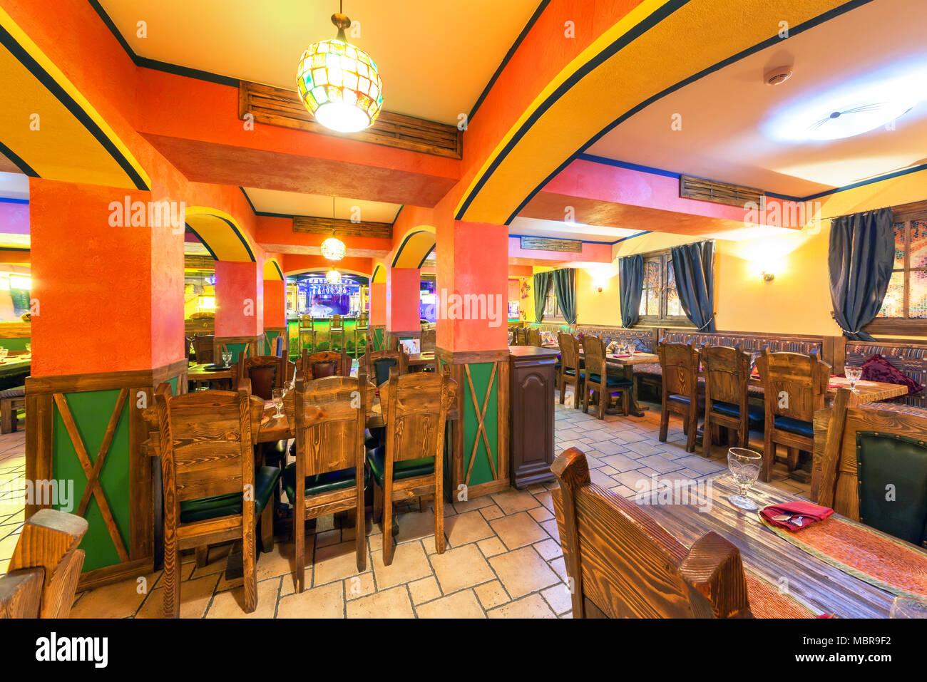 Moscú - Agosto 2014  Interior de la discoteca restaurante mexicano  sombrero .  Un 10bf4473363
