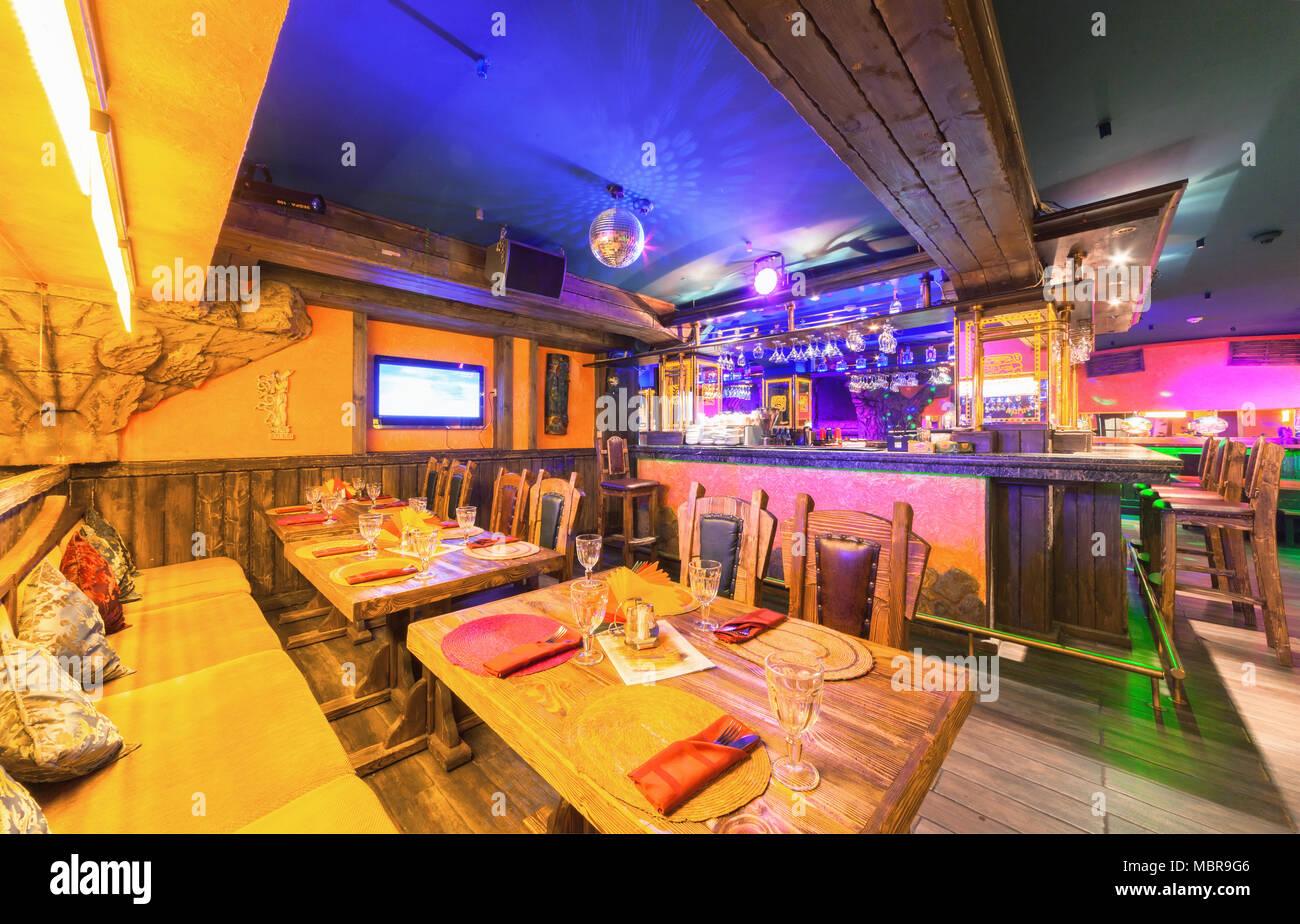 9407de3ade783 Moscú - Agosto 2014  Interior de la discoteca restaurante mexicano  sombrero .  Mesa de madera cerca del mostrador de bar