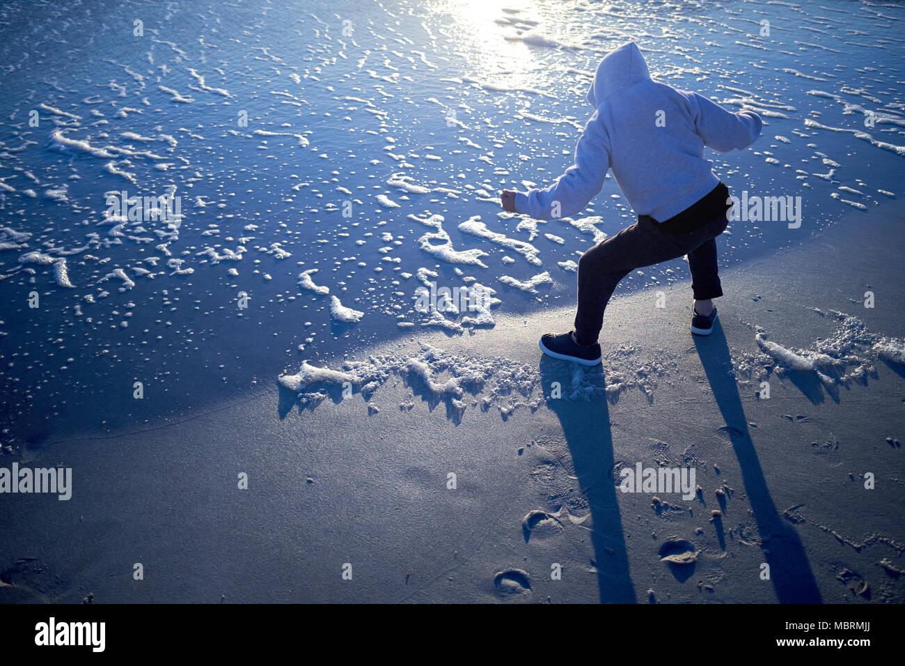 El hombre juega en el borde de las olas en la playa Sunset en Anna Maria 9d62c6a7bd43