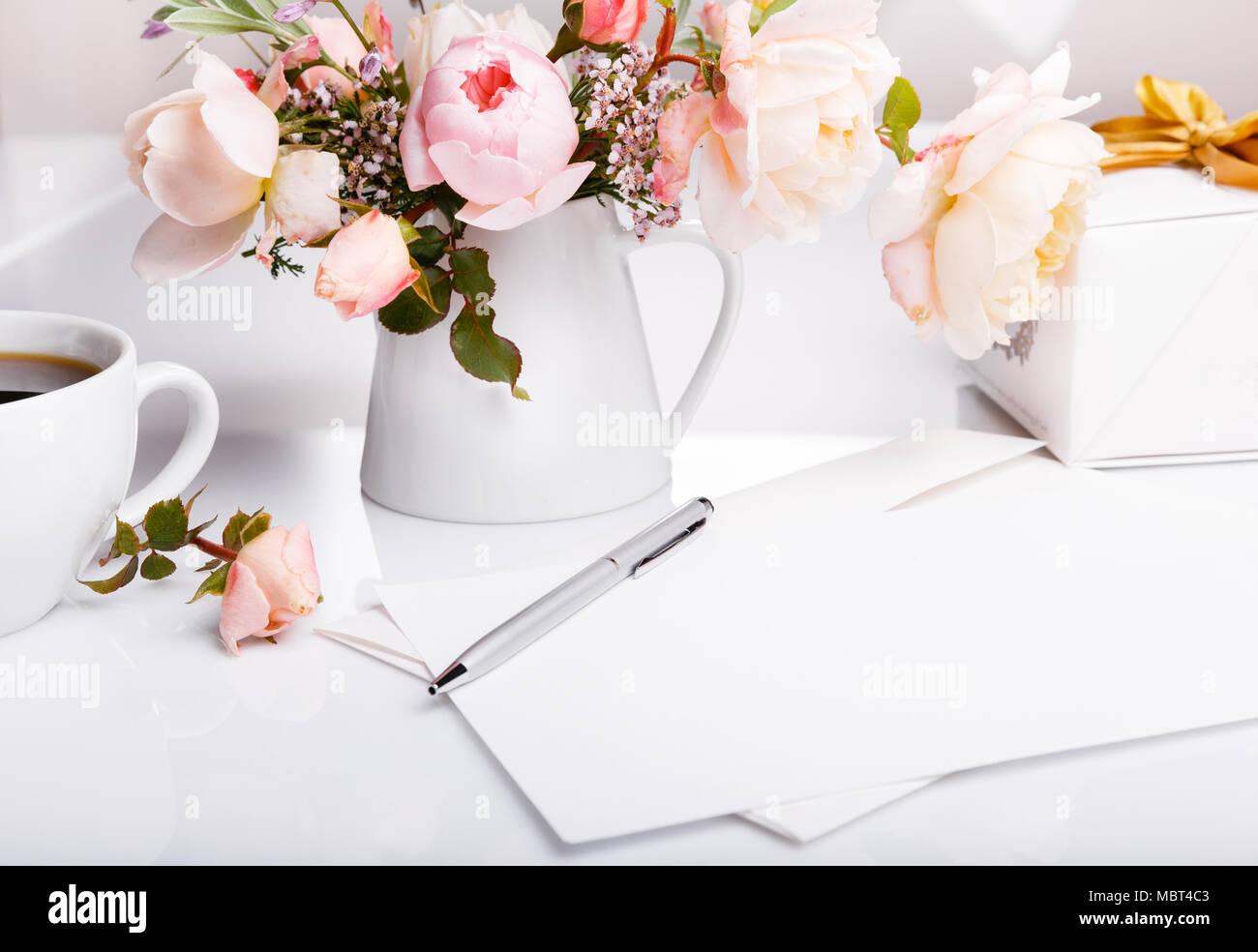 Taza De Café Regalo Carta Blanco Sobre Fondo Blanco Con