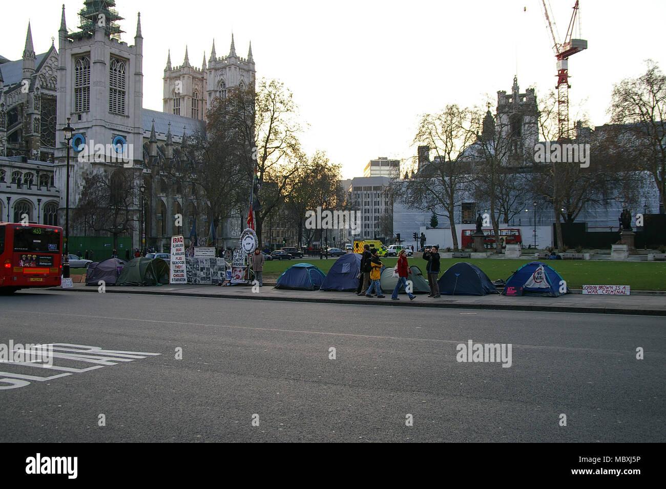 Protesta contra la guerra de Irak en la Plaza del Parlamento fuera de las Casas del Parlamento, el Palacio de Westminster, en 2007. Londres. La guerra del Golfo II demostración. Campamento de la paz Foto de stock