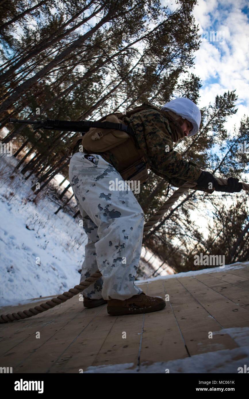 Marina de los EE.UU. Lance Cpl. Daniel dejesus, un administrador de sistemas de datos asignado al Escuadrón de Comunicaciones ala marina de 48 años, participa en un ejercicio de construcción de equipo en el campo de reacción de liderazgo durante el escudo de Ullr en Fort McCoy, Wisconsin, el 18 de enero, 2018. Ullr Shield es un ejercicio de entrenamiento diseñados para mejorar la 2ª Marina las capacidades de alas de avión en entornos de temperaturas frías extremas. (Ee.Uu. Foto del Cuerpo de Infantería de Marina por el sargento. Joselyn Jiménez) Foto de stock