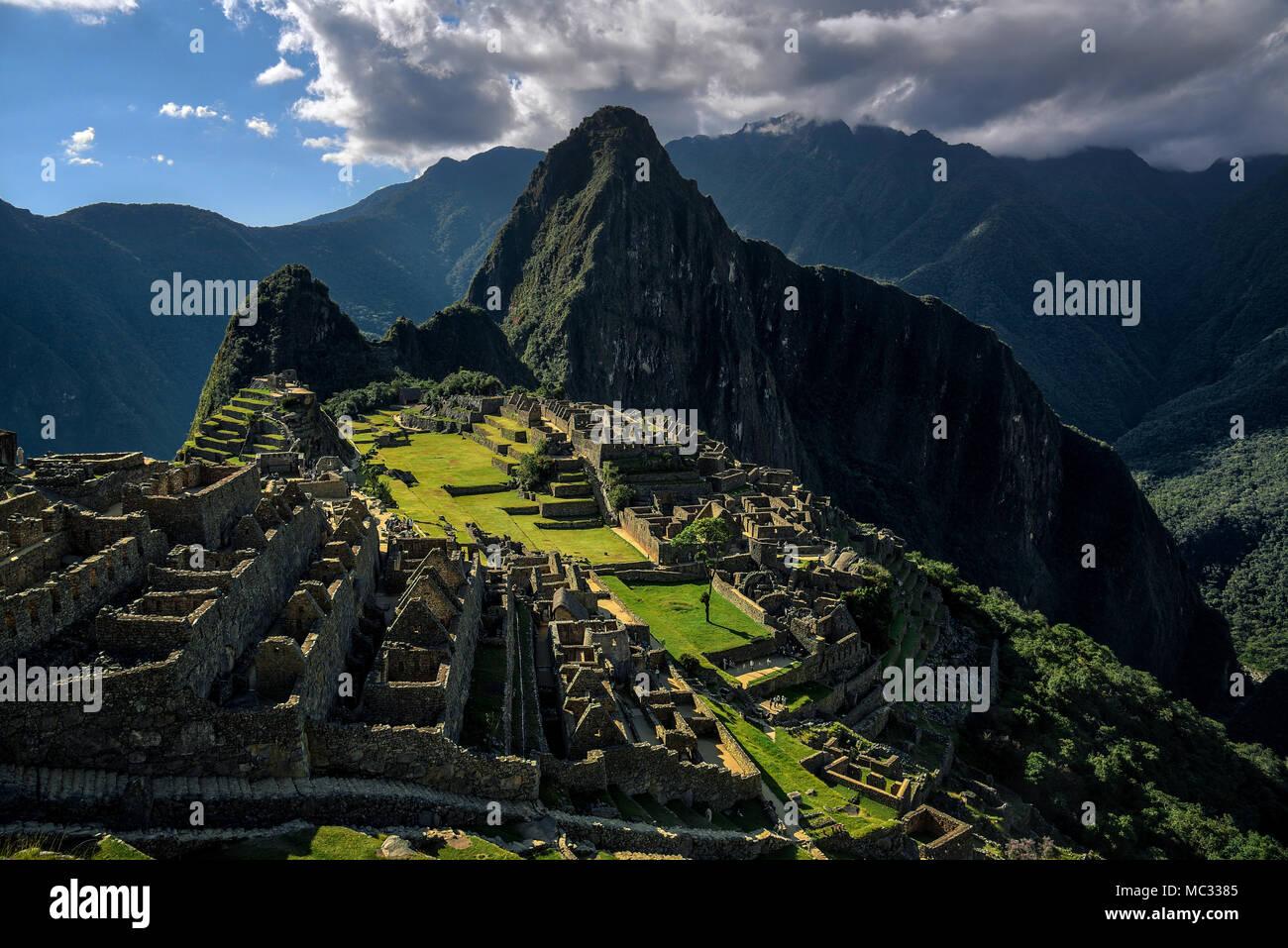 Machu Picchu Peru - Vista sobre un pico de montaña Imagen De Stock