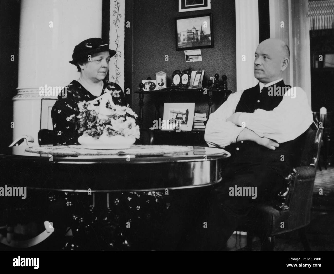 Ma y Pa mirar lejos en la distancia sin un cuidado en el mundo, ca. 1920. Foto de stock