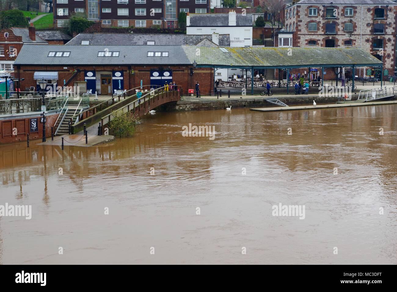 Muelle de Exeter Centro de Antigüedades, por el Río Exe en la inundación. Exeter, Devon, Reino Unido. Abril, 2018. Foto de stock