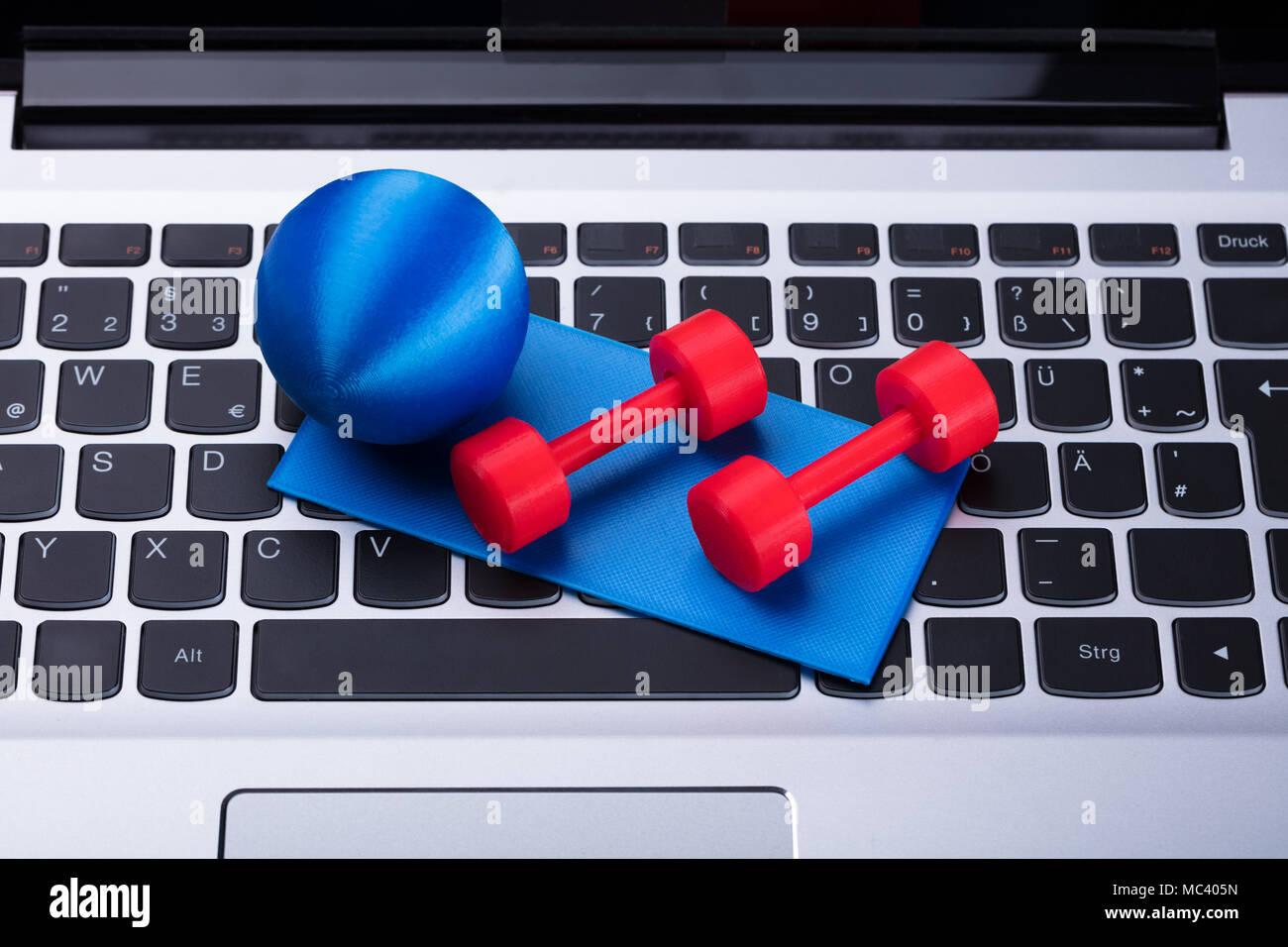 Close-up de Pelota Fitness, pesas y ejercicio Mat Imagen De Stock