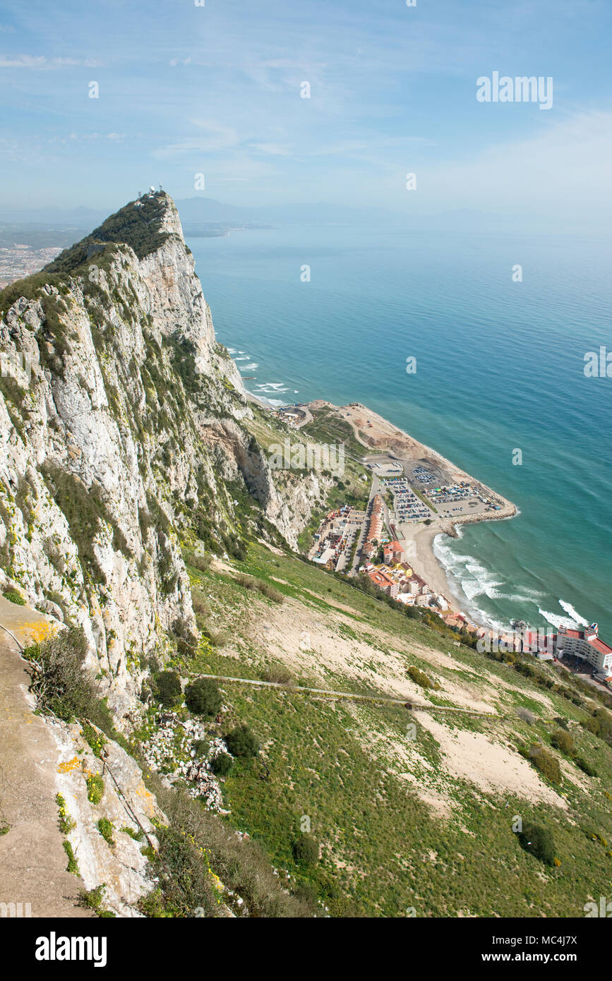 Vista hacia el norte hasta la cima de la roca de Gibraltar. Gibraltar, UK Imagen De Stock