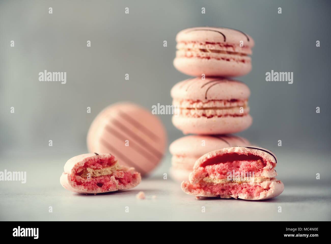 Pink macarons franceses. Colores pastel macarons con copia espacio, vista desde arriba. Fiestas y Celebraciones concepto. Dulce regalo para mujer, niña Imagen De Stock