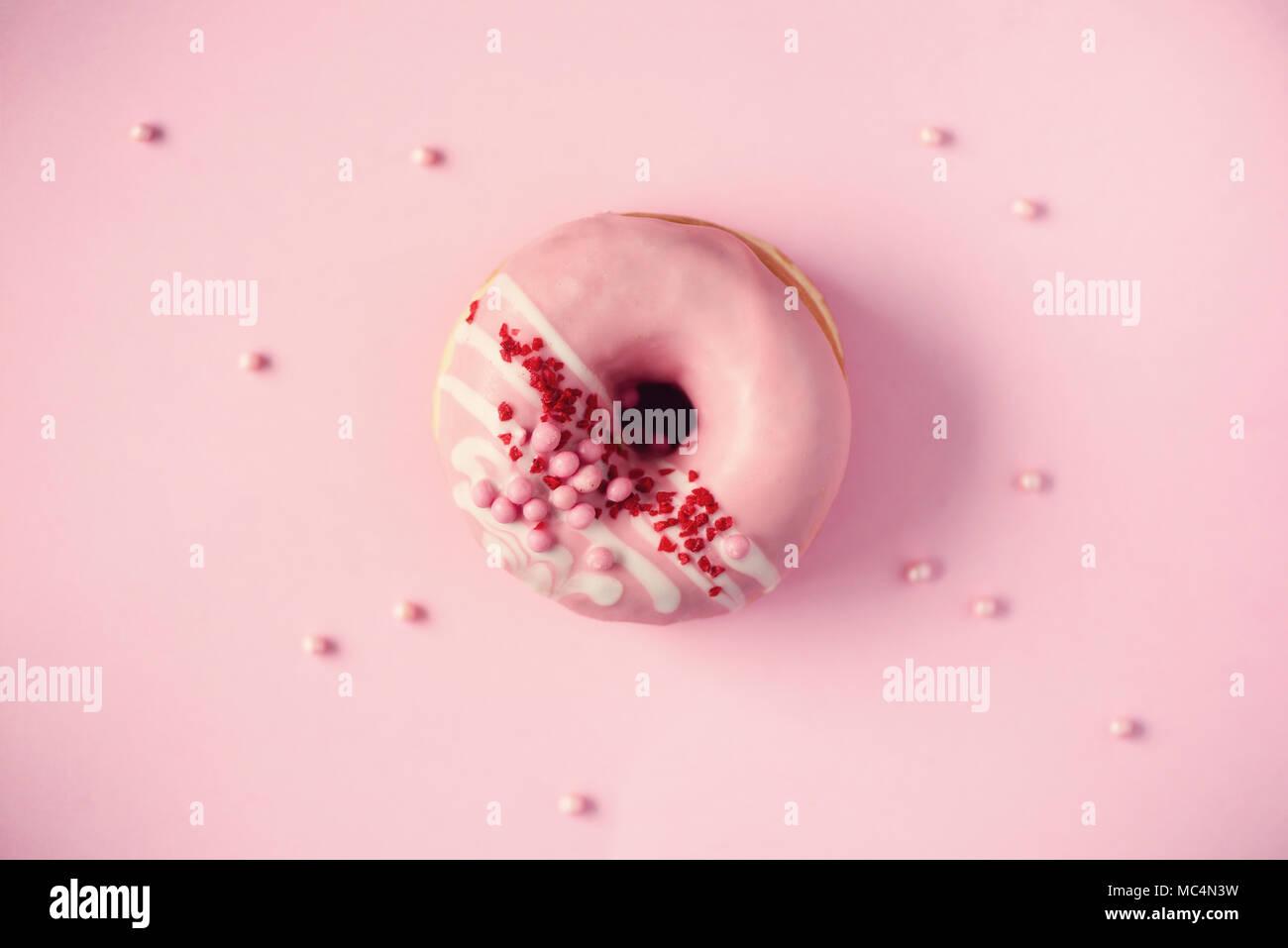 Sweet donut con glaseado rosa sobre fondo pastel. Sabroso donut rosa de textura, copie el espacio, vista superior Imagen De Stock