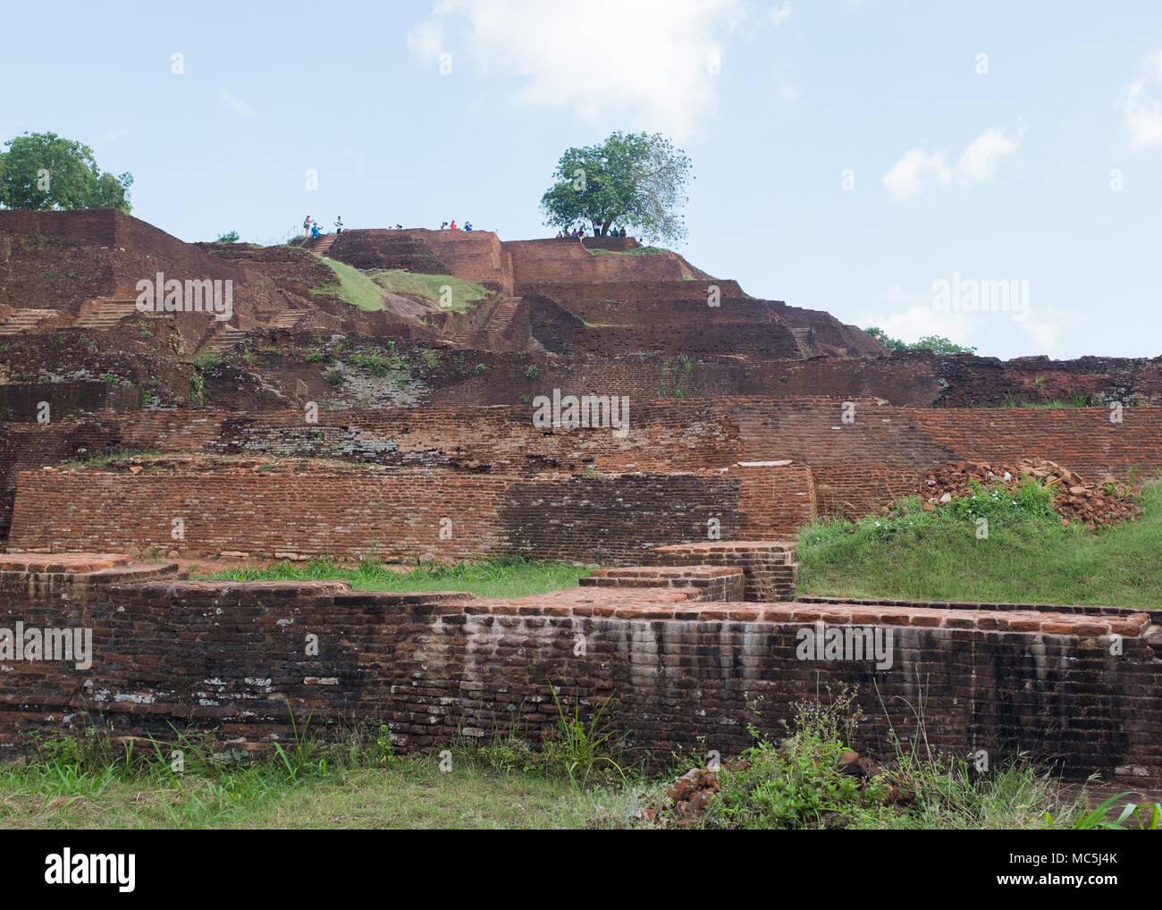Los turistas en Roca de Sigiriya fortaleza, Provincia Central, Sri Lanka, Asia. Imagen De Stock