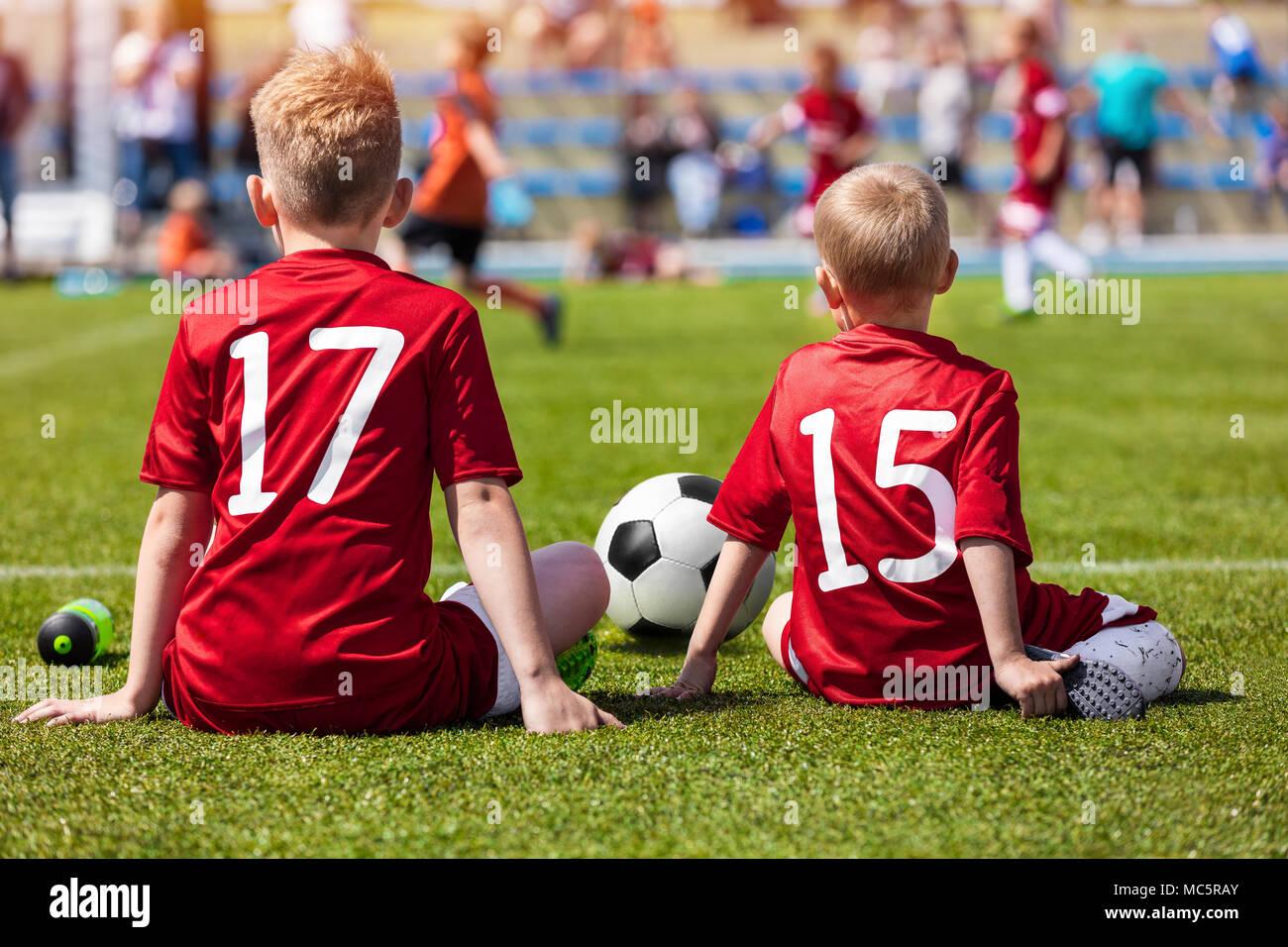 4d043681a29e7 Entrenamiento de fútbol para niños. Los muchachos sentados en campo de  fútbol y Ver juego de torneo. Partido de fútbol para niños