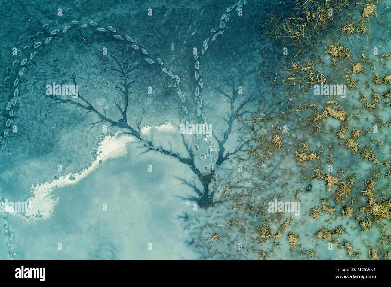 Resumen Antecedentes de hielo natural. Lago congelado. Patrones en la superficie de un lago congelado Foto de stock