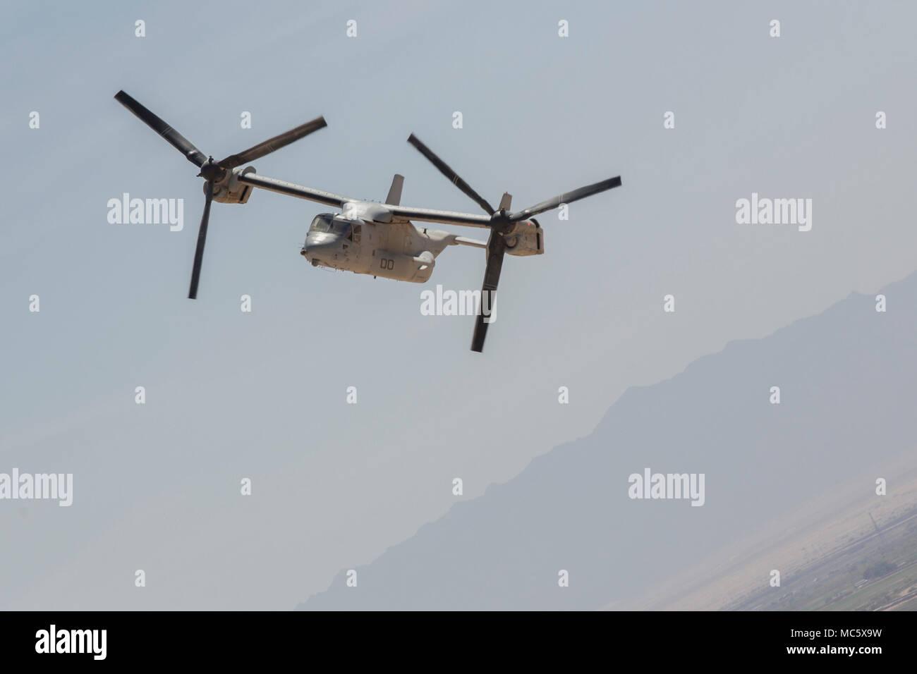 Un Cuerpo de Marines de EE.UU MV-22 Osprey con armas y tácticas de Aviación Marina Escuadrón 1 vuela por artillería de cola durante la certificación de aptitud y capacitación en apoyo de armas y tácticas Instructor 2-18 en el Centro, California, el 10 de abril. El WTI es un evento de capacitación de siete semanas hospedado por MAWTS-1 cadre, que enfatiza la integración operacional de las seis funciones de aviación del Cuerpo de Infantería de Marina en apoyo de una masa de aire marino Task Force y proporciona entrenamiento táctico avanzado estandarizado y certificación de instructor de la unidad de calificación para apoyar la Aviación Marina Formación y preparación y ayuda Foto de stock
