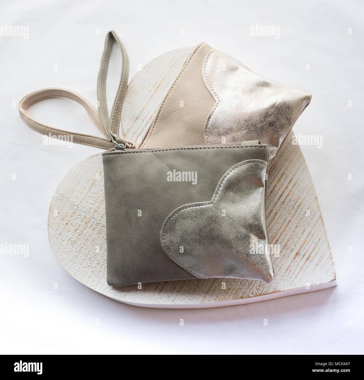 8a84cd050 Bolsos de tela de colores pasteles pálidos en gris y melocotón, con motivos  de corazón