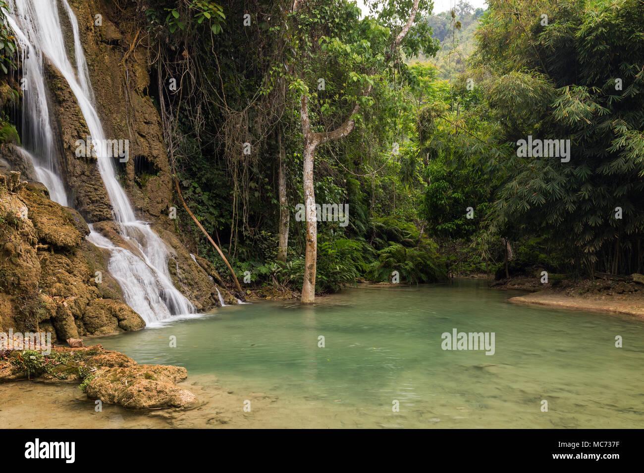Vista de Keo Moung Khoun idílica Cascada, estanque y frondosos árboles cerca de Luang Prabang, en Laos. Imagen De Stock