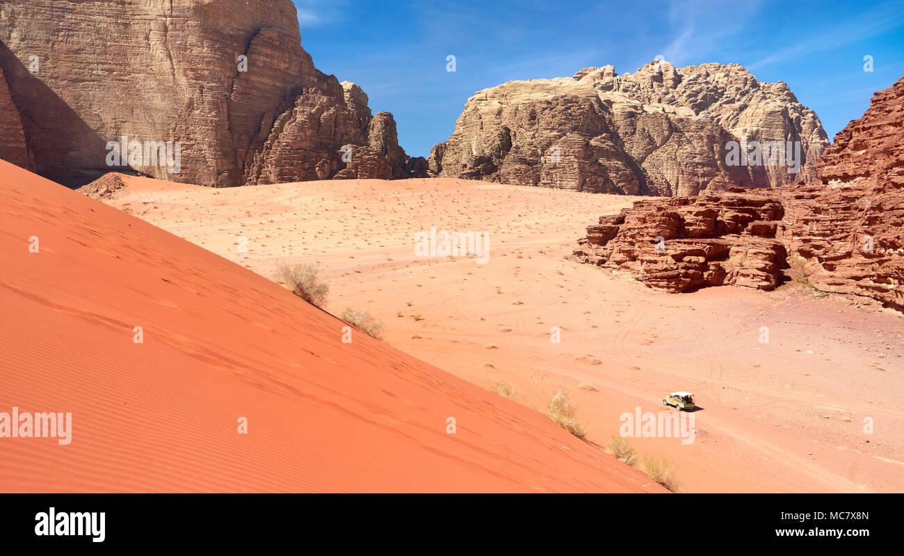 Dunas de arena roja, el desierto de Wadi Rum, Jordania Imagen De Stock