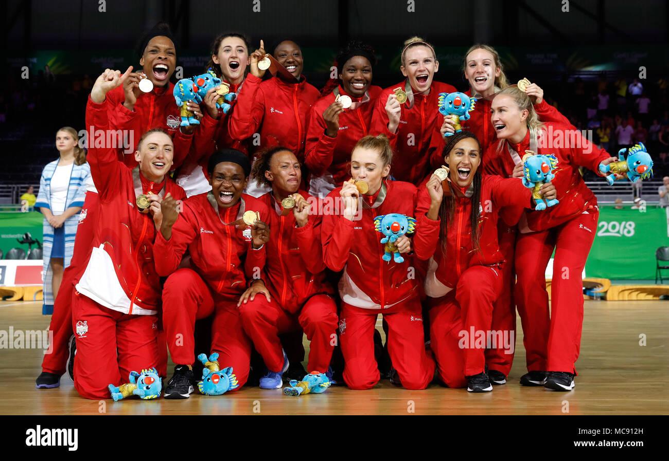 1cc64aef19b7 El equipo de baloncesto femenino de Inglaterra para celebrar con sus medallas  de oro en el ...