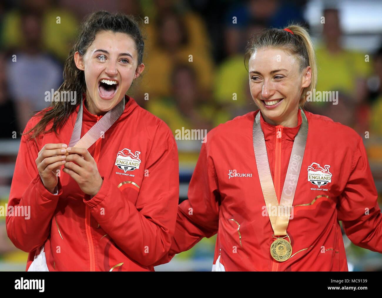 b7384ccfb1c7 Inglaterra es Beth Cobden y Jade Clarke celebrar con sus medallas de oro en  el Centro ...