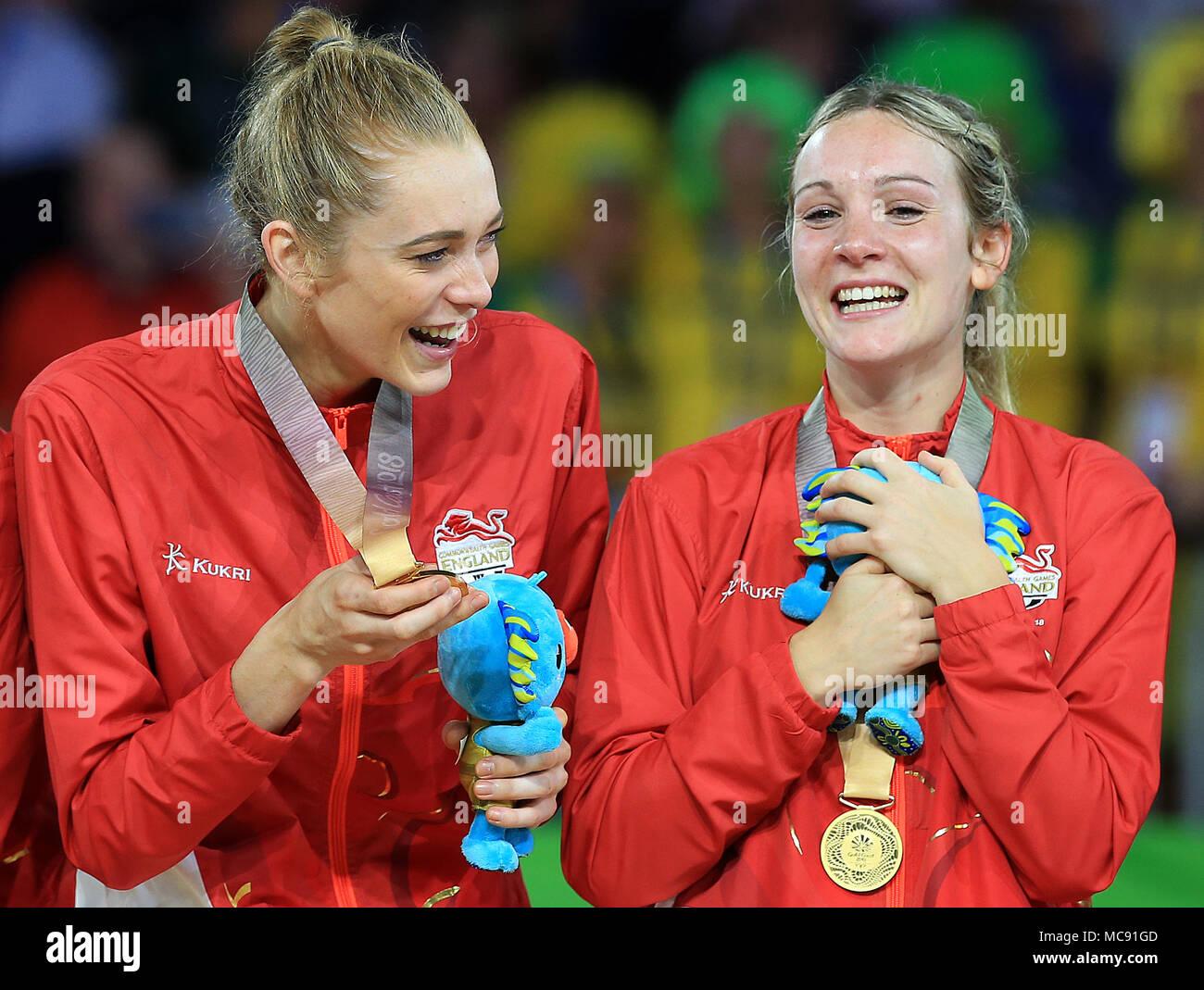 77c77b9fcd13 Helen Housby y Natalie Haythornthwaite celebrar con sus medallas de oro  tras ganar la final de ...