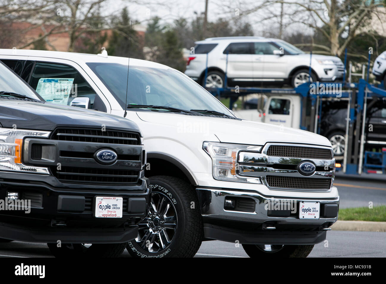 Una fila de nuevo Ford F-series camionetas pick-up y SUV'S Explorer en un concesionario de coches en Columbia, Maryland, el 13 de abril de 2018. Imagen De Stock