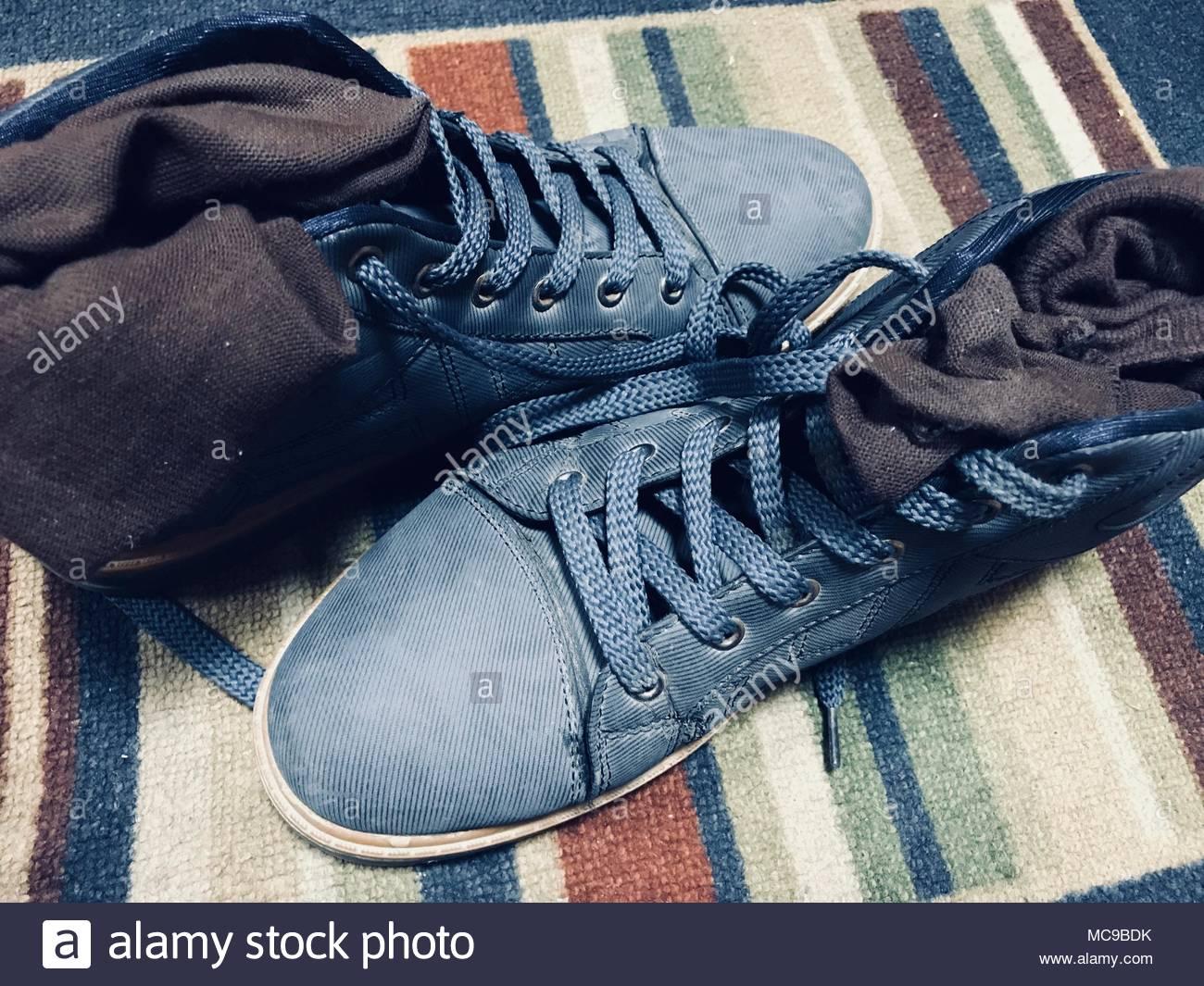 Viejos zapatos en azul . Mi viejo calzado deportivo. Imagen De Stock