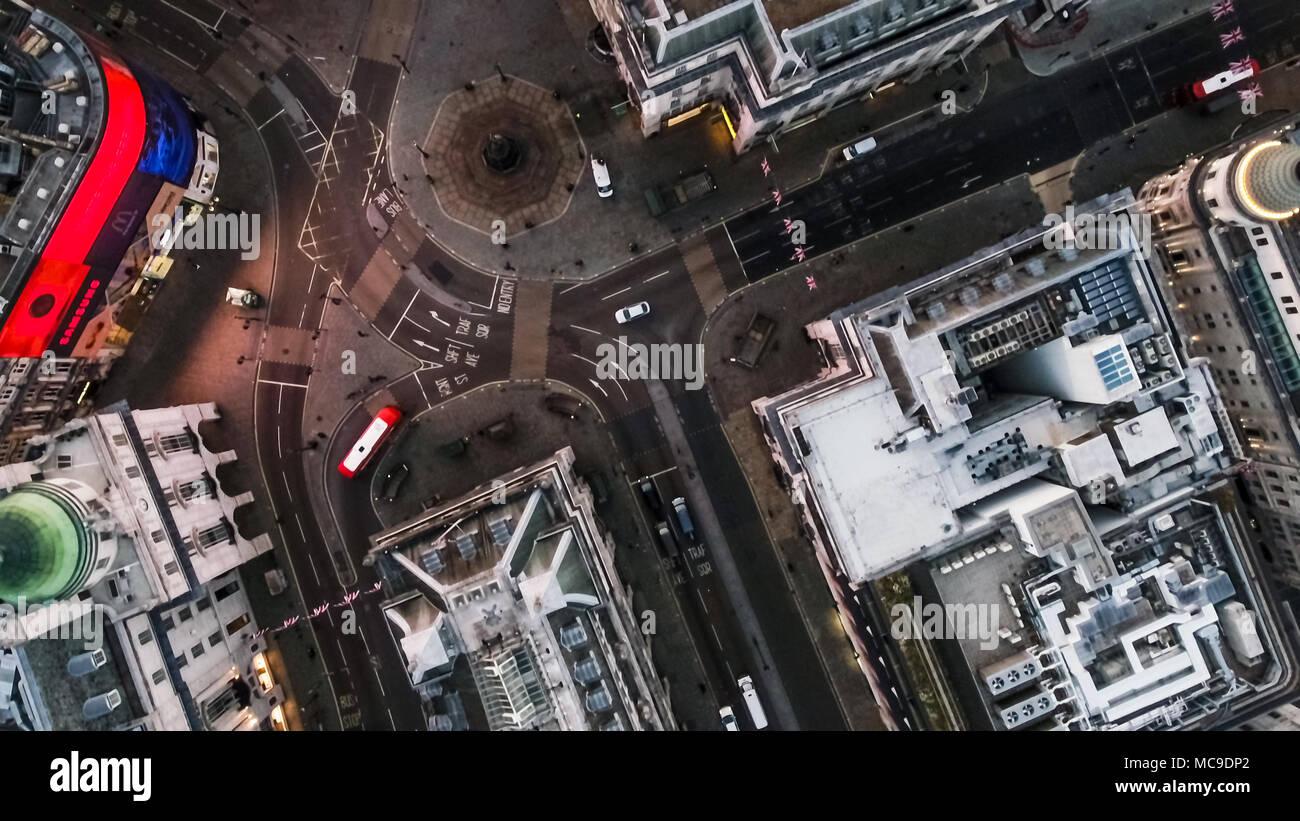 Vista de pájaro volando sobre Piccadilly Circus y vista aérea de las calles de la ciudad de Londres por la noche en Londres - Inglaterra 4K Foto de stock