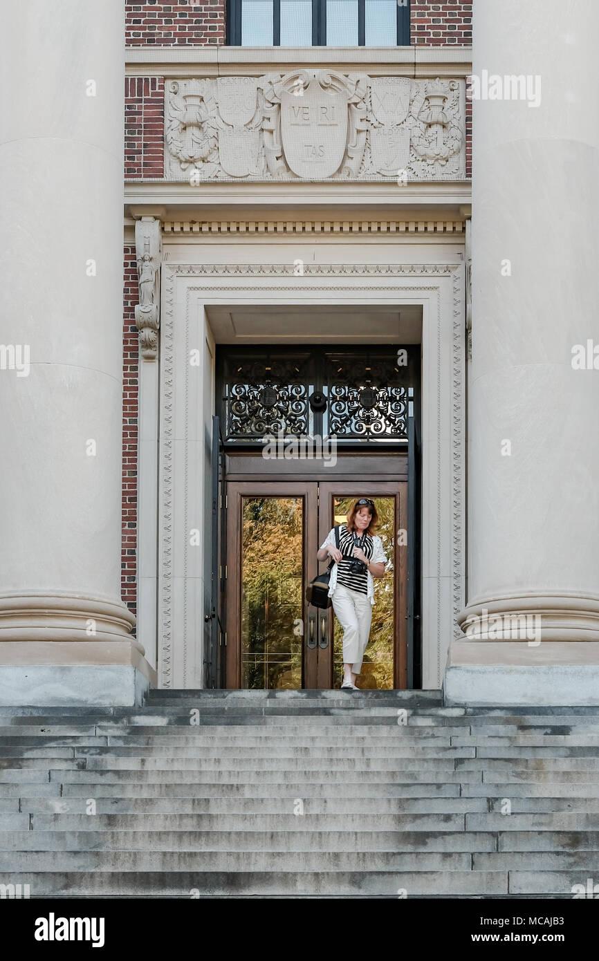 Vista detallada de la gran entrada de la biblioteca de la Universidad de Harvard, EE.UU.. Detalles del escudo encima de la towny son visibles aquí. Imagen De Stock