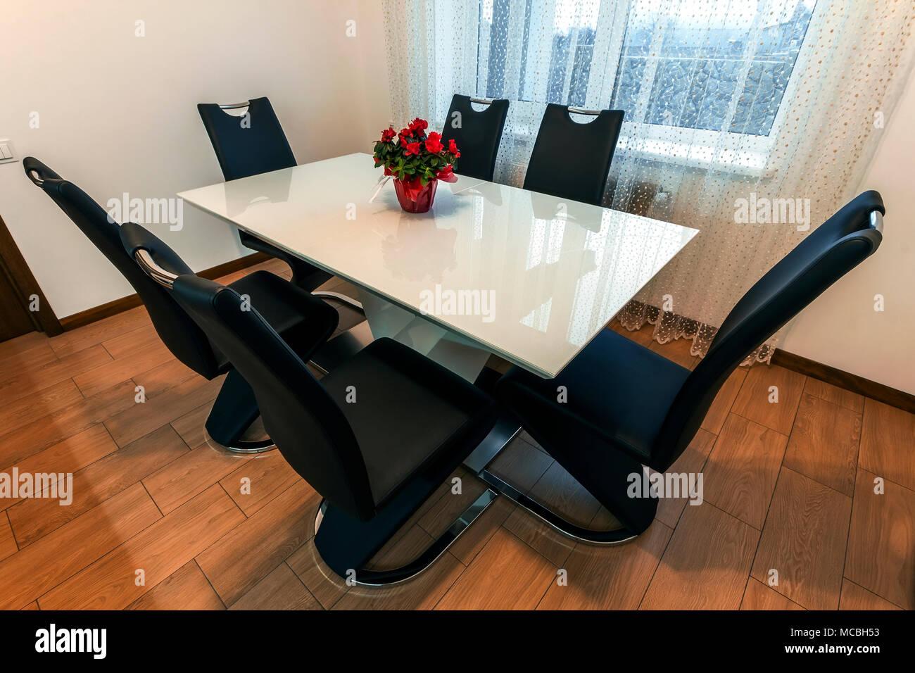 Madera blanca redonda de cristal y mesa de comedor con seis sillas ...