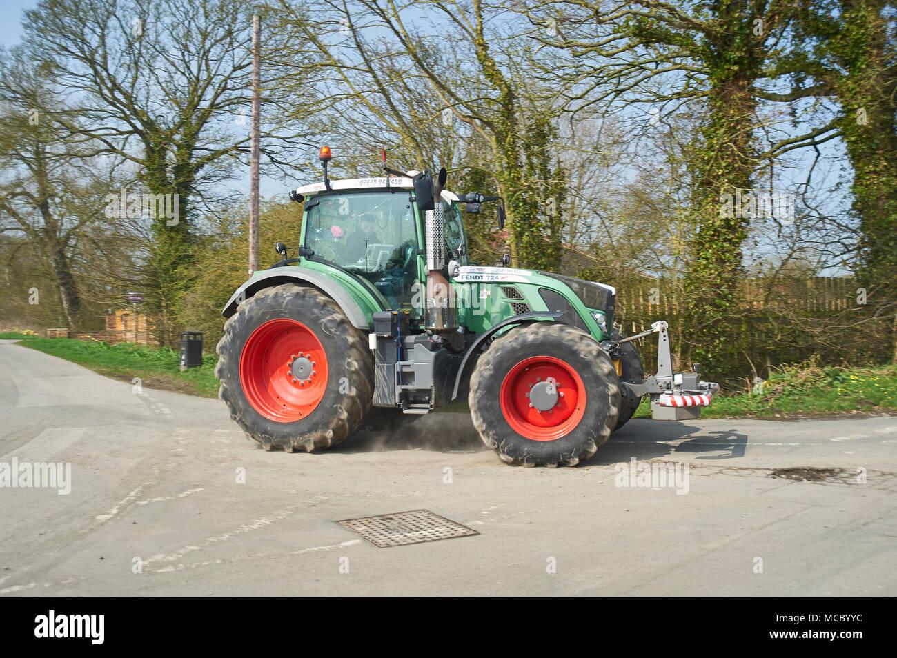 Tractores de todos los tipos en la ejecución anual de caridad para Macmillan Cancer Support, Driffield, East Yorkshire Wolds, Inglaterra, Reino Unido. Foto de stock