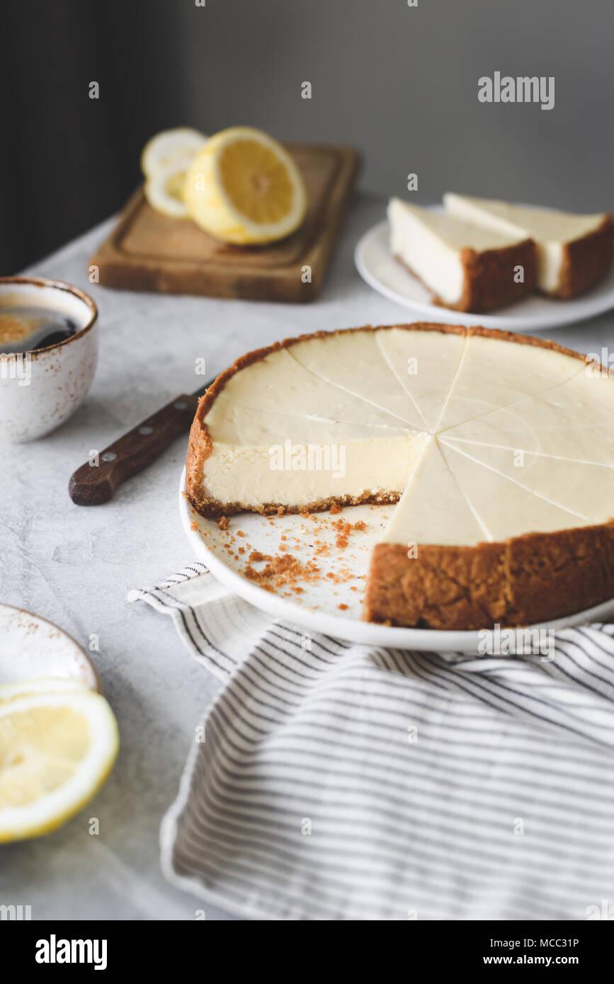 Pastel de limón sobre una mesa, el enfoque selectivo. Still life de cheesecake Foto de stock