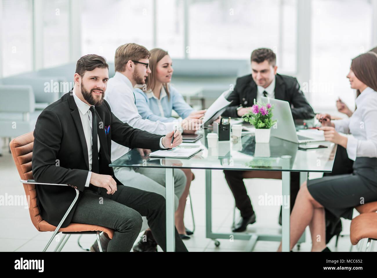 Gerente de negocios y de trabajo en equipo con los informes financieros en la Imagen De Stock