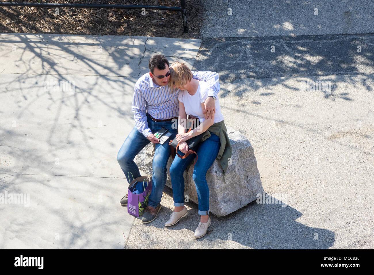 Una pareja de turistas con una tranquila y tierno momento en un clima templado de día en NYC Foto de stock