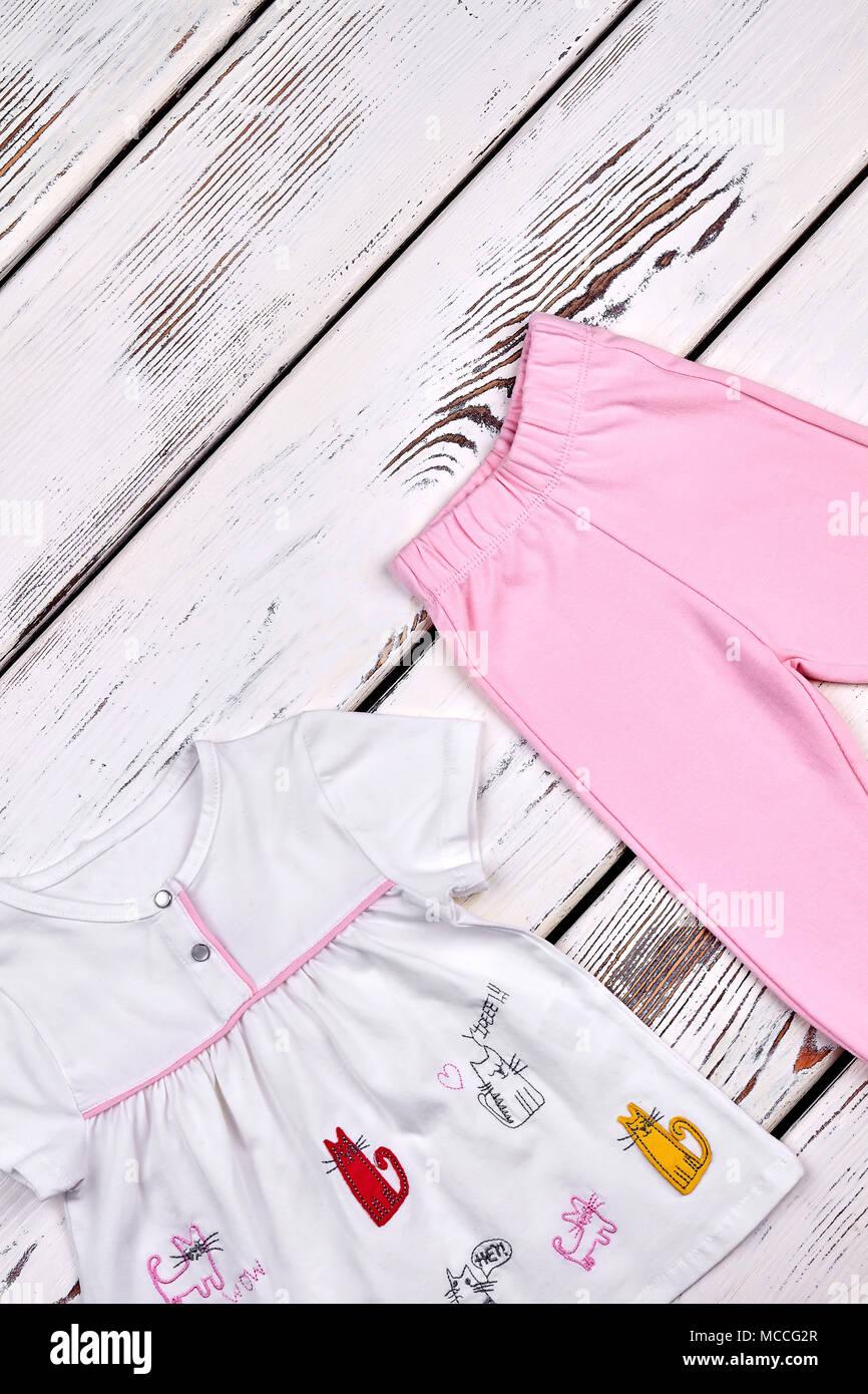 22a07c38f Conjunto de ropa nueva para los niños. Baby-girl top y pantalones blancos  sobre