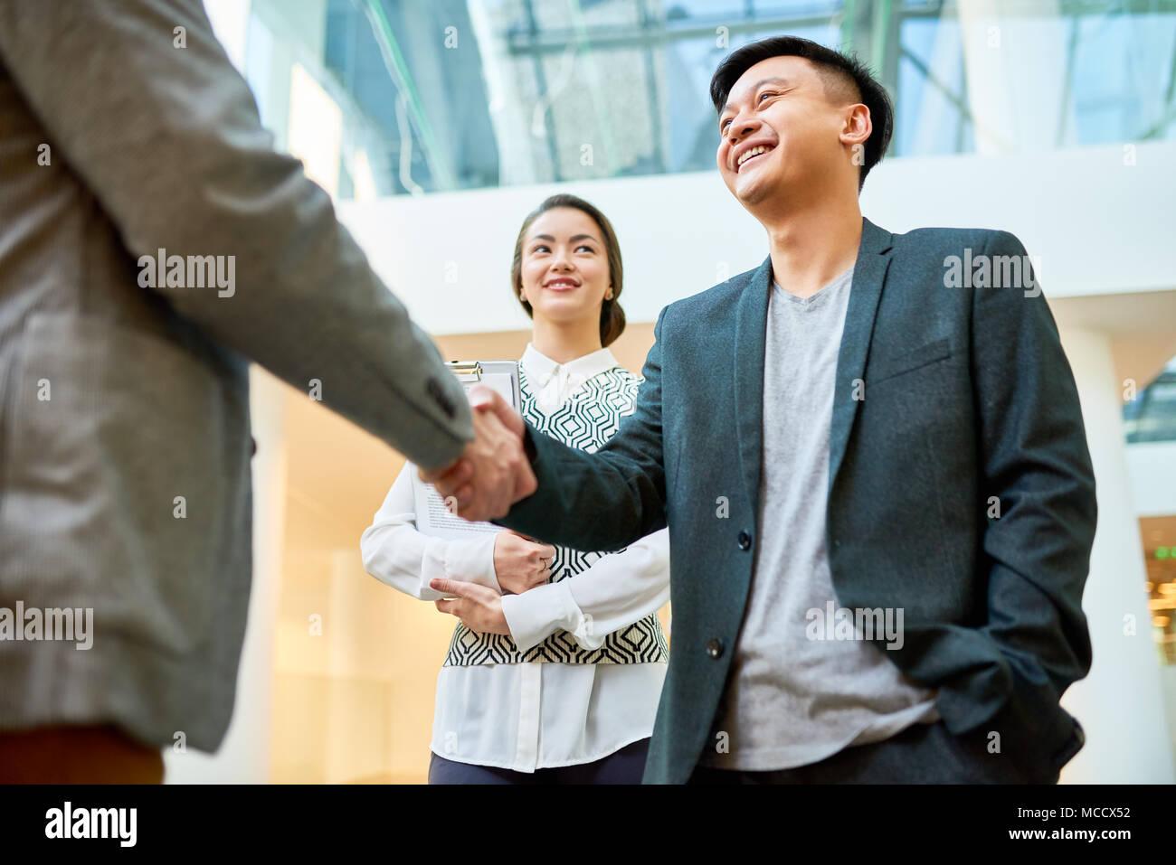 Saludo Business Partner con Handshake Imagen De Stock