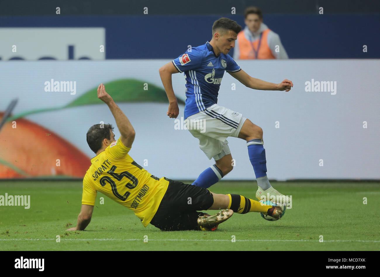 Gelsenkirchen, Alemania el 15 de abril de 2018 la jornada 30 de la Bundesliga, FC Schalke 04 vs el BV Borussia Dortmund: Sokratis (Dortmund) y Alessandro Andre Schoepf (Schalke) en competición. Crédito: Juergen Schwarz/Alamy Live News Foto de stock