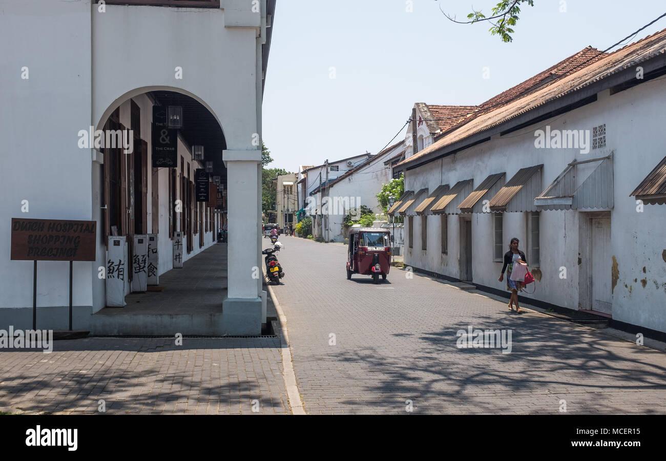 Tuk tuk moviéndose en la carretera cerca de Hospital holandés recinto comercial, Galle, Sri Lanka, Asia. Imagen De Stock
