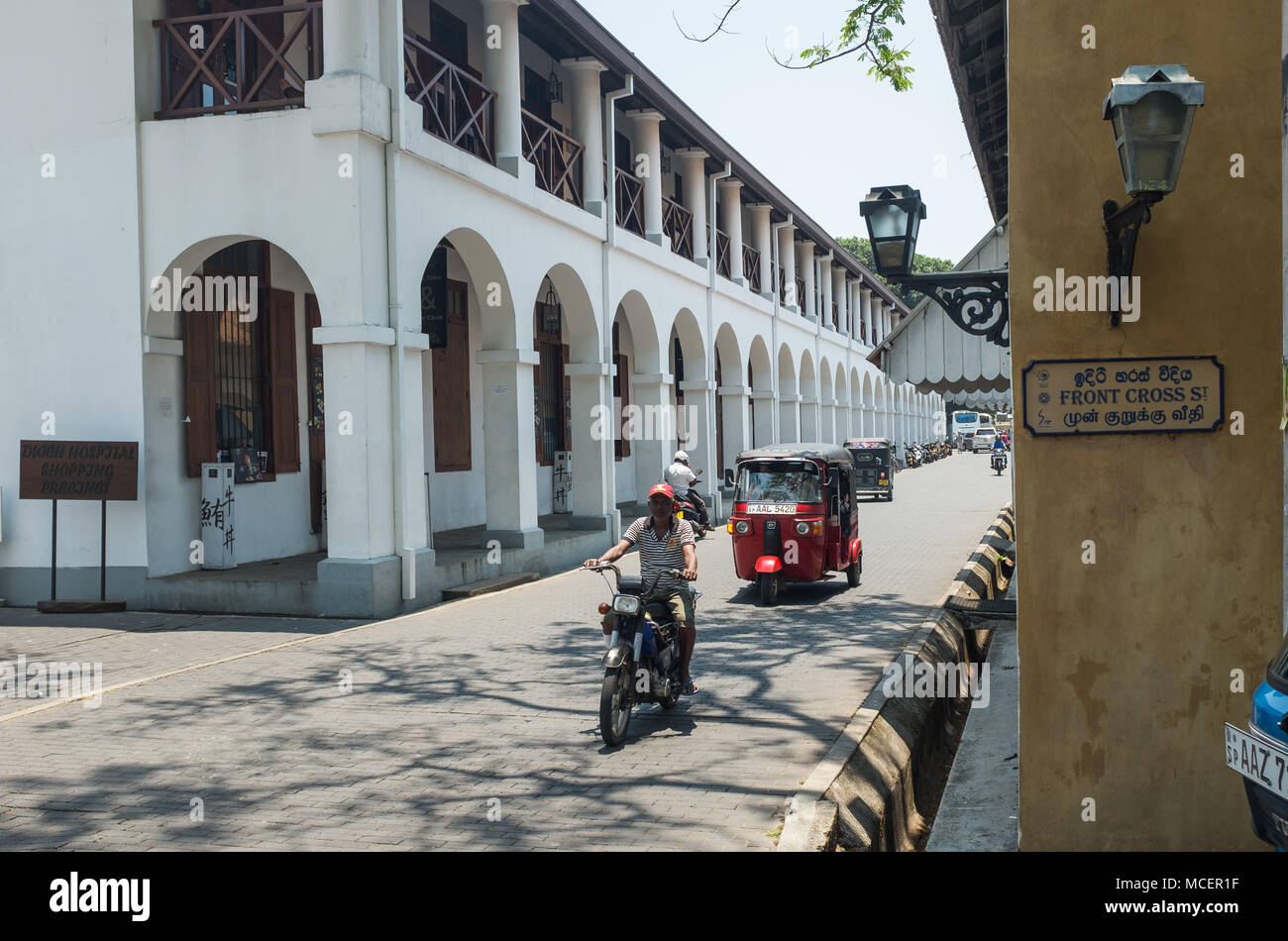 Vehículos que circulan por carretera cerca de Hospital holandés recinto comercial, Galle, Sri Lanka, Asia. Imagen De Stock