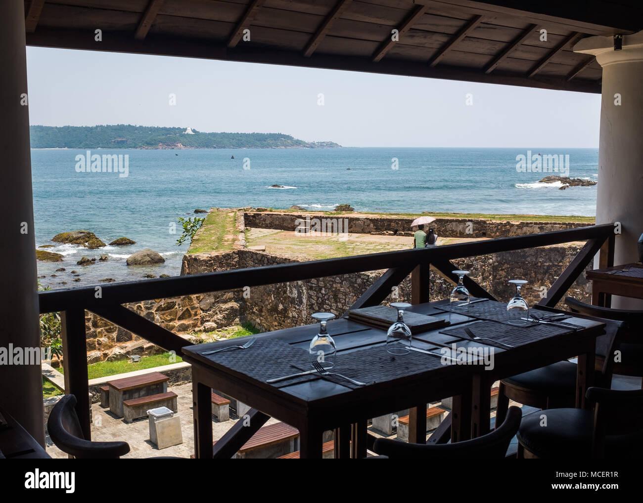 Vista del mar desde un restaurante en el recinto comercial Hospital Holandés, Galle, Sri Lanka, Asia. Imagen De Stock