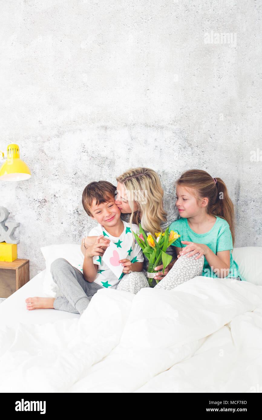 Familia feliz - Niños felicitar en el día de la madre Imagen De Stock